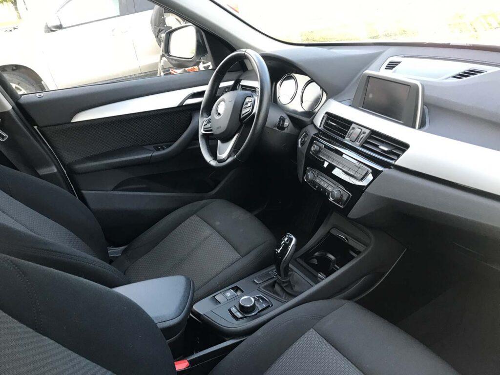 Интерьер BMW X1 передний ряд